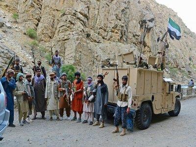 Des combattants anti-talibans montent la garde sur une route à Rah-e Tang, dans la vallée du Panchir, le 29 août 2021    Ahmad SAHEL ARMAN [AFP]