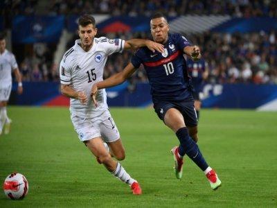 Le défenseur de la Bosnia-Herzégovine, Branimir Cipetic, à la lutte avec l'attaquant français Kylian Mbappé, lors du match de qualification pour le Mondial-2022 au Qatar, le 1er septembre 2021 à Strasbourg    FRANCK FIFE [AFP]