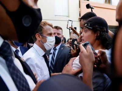 Le président français Emmanuel Macron salue les gens alors qu'il quitte le quartier de Bassens au premier jour d'une visite de trois jours à Marseille, le 1er septembre 2021    Ludovic MARIN [POOL/AFP]