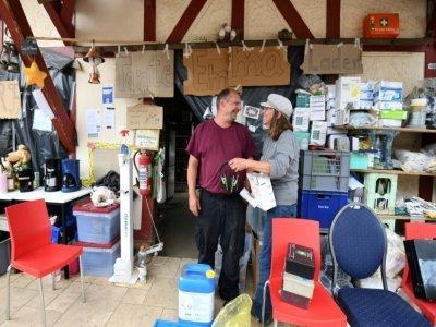 Des volontaires offrent des produits de première nécessité aux sinistrés après les inondations catastrophiques à Dernau, en Allemagne, le 19 août 2021    Ina FASSBENDER [AFP/Archives]