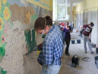 Des volontaires réparent une école endommagée par les inondations à Dernau, en Allemagne, le 31 août 2021    Yann Schreiber [AFP]