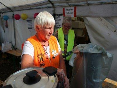 Christine Jahn, une bénévole, offre des aliments et des boissons aux sinistrés après les inondations catastrophiques à Dernau, en Allemagne, le 31 août 2021    Yann Schreiber [AFP]