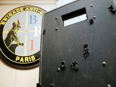 Le bouclier utilisé lors de l'assaut du bataclan, criblé d'impacts, est présenté au siège de la BRI le 17 novembre 2015    Kenzo TRIBOUILLARD [AFP/Archives]