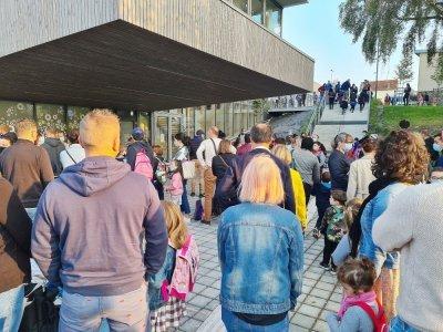 Parents et enfants patientent devant les portes de la nouvelle école du Val-Saint-Jean à Saint-Lô.