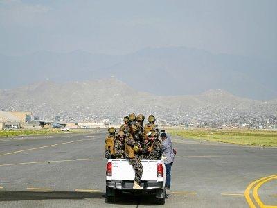 Des talibans de l'unité Badri sur le tarmac de l'aéroport de Kaboul, le 31 août 2021    Wakil KOHSAR [AFP]