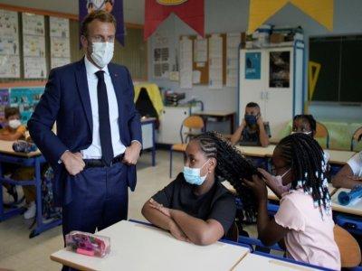 Emmanuel Macron en visite dans une école maternelle à Marseille, le 2 septembre 2021    Daniel Cole [POOL/AFP]
