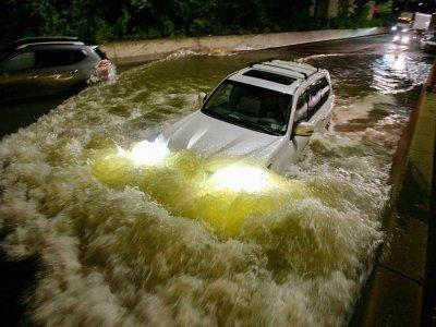 Une voiture s'engouffre dans une autoroute inondée à Brooklyn, le 2 septembre 2021    Ed JONES [AFP]