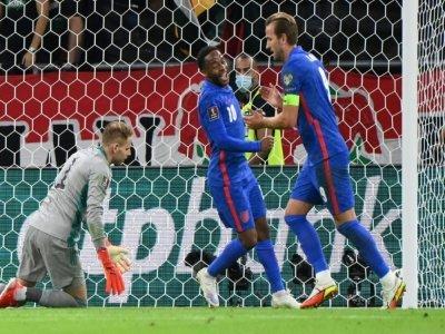 La joie de l'attaquant anglais Harry Kane (d), félicité par Raheem Sterling, après avoir marqué le 2e but contre la Hongrie, lors des qualifications pour le Mondial-2022 au Qatar, le 2 septembre 2021 à Budapest    Attila KISBENEDEK [AFP]