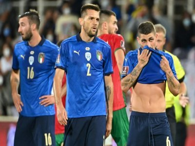 Le milieu de terrain italien Marco Verratti (d) et ses coéquipiers, après leur match nul (1-1) contre la Bulgarie, lors de leur match de qualification pour le Mondial-2022 au Qatar, le 2 septembre 2021 à Florence    Alberto PIZZOLI [AFP]