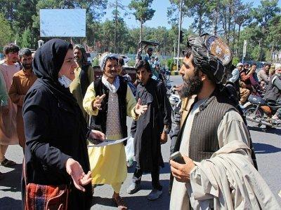 Une femme afghane s'exprime face à un taliban lors d'une manifestation à Herat, le 2 septembre 2021    - [AFP]