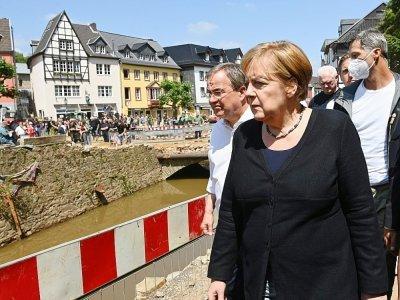 Angela Merkel et Armin Laschet visitent la ville de Bad Munstereifel, ravagée par la boue, en Allemagne le 20 juillet 2021    CHRISTOF STACHE [POOL/AFP]