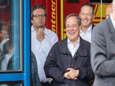 L'apparition d'Armin Laschet, hilare pendant un discours de la chancelière Angela Merkel à Erftstadt le 17 jullet 2021 a fait scandale    Marius Becker [POOL/AFP]
