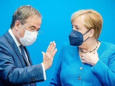 Angela Merkel aux côtés d'Armin Laschet, candidat à sa succession, avant une réunion de leur parti, la CDU, le 30 août 2021 à Berlin    Michael Kappeler [POOL/AFP]