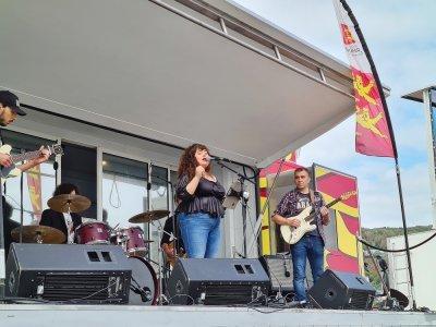 Cheyenne de The Voice a inauguré la scène du village.