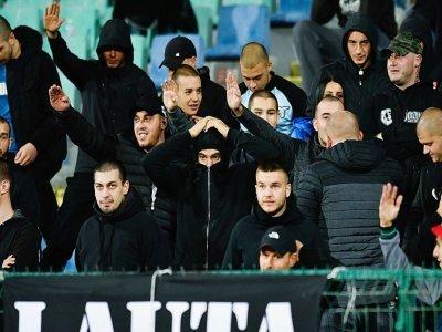 Des supporters bulgares, lors du match contre l'Angleterre, comptant pour les qualifications pour l'Euro-2020, le 14 octobre 2019 à Sofia    NIKOLAY DOYCHINOV [AFP/Archives]