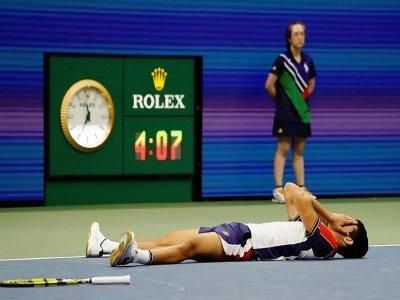 L'Espagnol Carlos Alcaraz s'est écroulé de joie après avoir battu le Grec Stefanos Tsitsipas au 3e tour de l'US Open, le 3 septembre 2021    TIMOTHY A. CLARY [AFP]