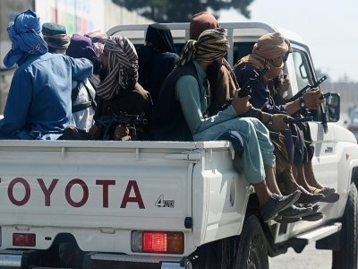 Des combattants talibans en patrouille autour de l'aéroport de Kaboul, le 4 septembre 2021    Aamir QURESHI [AFP]