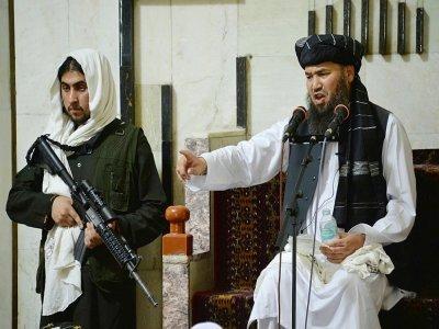 Un combattant taliban monte la garde près d'un mollah lors de la prière du vendredi le 3 septembre 2021 dans une mosquée de Kaboul    HOSHANG HASHIMI [AFP]