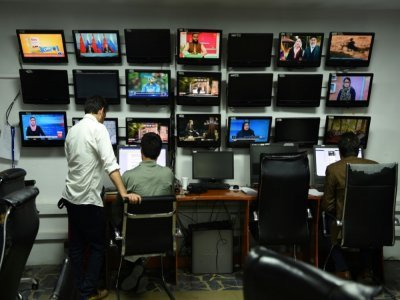 Des journalistes afghans dans la salle de rédaction de la chaîne Tolo News à Kaboul le 11 septembre 2018    WAKIL KOHSAR [AFP/Archives]