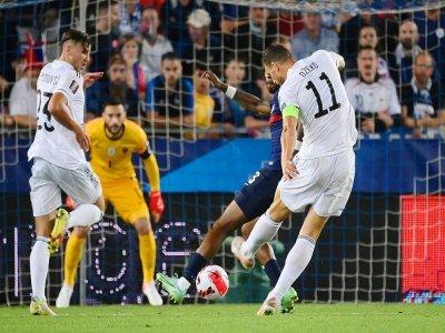 L'attaquant de la Bosnie-Herzégovine, Edin Dzeko, ouvre le score face à la France, lors du match de qualification pour le Mondial-2022 au Qatar, le 1er septembre 2021 à Strasbourg    FRANCK FIFE [AFP]