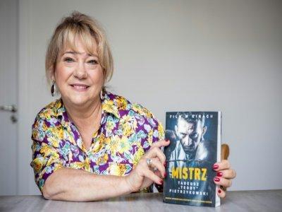"""Eleonora Szafran, la fille du boxeur d'Auschwitz Tadeusz """"Teddy"""" Pietrzykowski, prséente le livre sur son père à Varsovie le 26 août 2021    Wojtek RADWANSKI [AFP]"""