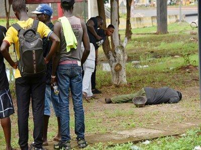 Un corps dans une rue de Conakry, le 5 septembre 2021    CELLOU BINANI [AFP]