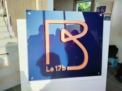 La plaque du 17b, présentée lors de l'inauguration, sera installée à l'entrée du bâtiment.    Mathieu Marie