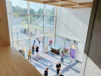 Le hall d'entrée de la nouvelle MJC s'est voulu très lumineux, en étant équipé de grandes vitres.    Mathieu Marie