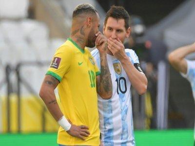 Les star du Brésil Neymar Jr et de l'Argentine échangent des confidences avant le coup d'envoi de leur match à Sao Paulo, le 5 septembre 2021    NELSON ALMEIDA [AFP]