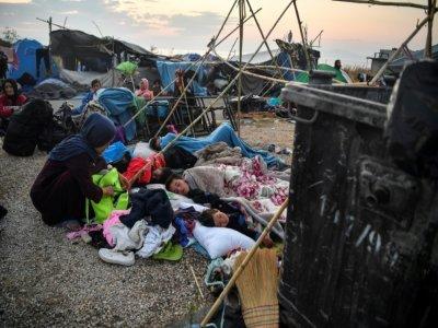 Des réfugiés et des migrants dorment sur la route menant à Mytilène, sur l'île grecque de Lesbos, le 12 septembre 2020, quelques jours après l'incendie qui a détruit le camp de Moria    LOUISA GOULIAMAKI [AFP/Archives]
