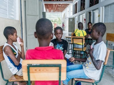 Des enfants jouent aux cartes dans une école de Chardonnières, transformée en abri pour les rescapés du séisme, le 18 août 2021    Reginald LOUISSAINT JR [AFP/Archives]