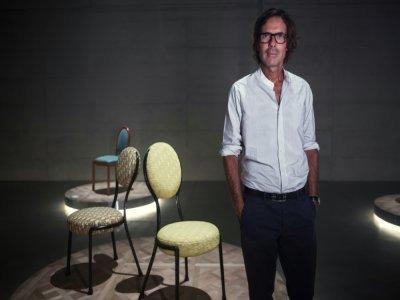 """Pierre Yovanovitch pose devant ses chaises """"Monsieur et Madame Dior"""" au Palazzo Citterio, le 4 septembre 2021 à Milan    MARCO BERTORELLO [AFP]"""