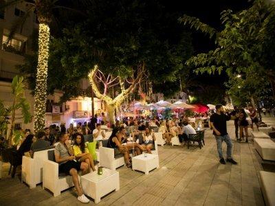 A la terrasse d'un bar sur le port d'Ibiza, le 26 août 2021    JAIME REINA [AFP/Archives]