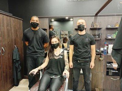 Charlotte Graye, Paul Dubois et Enzo Kivika font équipe pour le bien-être capillaire de leurs clients.    Guillaume Lemoine