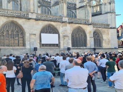 La foule des fidèles était nombreuse à l'extérieur de la basilique d'Alençon.