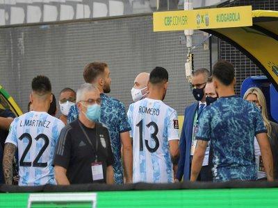 Les joueurs argentins quittent la pelouse après l'irruption des agents de la sécurité sanitaire dans la rencontre contre le Brésil à Sao Paulo, le 5 septembre 2021    NELSON ALMEIDA [AFP]