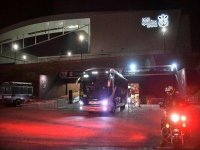 Le bus des joueurs argentins quitte l'Arena Corinthians à Sao Paulo, après la suspension du match Brésil-Argentine, le 5 septembre 2021    NELSON ALMEIDA [AFP]