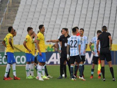 L'incompréhension totale pour les joueurs brésiliens et leurs adversaires argentins après l'interruption du match par l'Anvisa à Sao paulo, le 5 septembre 2021    NELSON ALMEIDA [AFP]