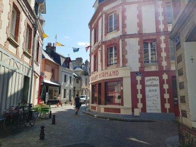 Le Cabaret Normand est resté dans son jus depuis le tournage. Il est un pèlerinage pour les nombreux fans de l'acteur.