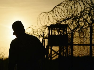 Photo prise lors d'une visite officielle et revue par les autorités militaires américaines d'un soldat américain patrouillant près des barbelés à la prison de  Guantanamo Bay, Cuba, le 9 avril 2014    Mladen ANTONOV [AFP/Archives]