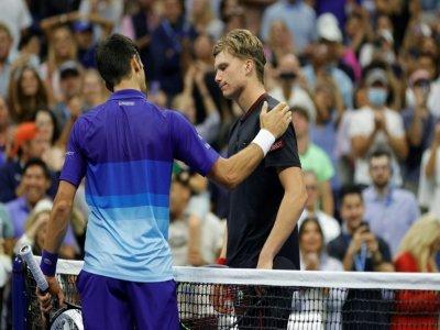 Le Serbe Novak Djokovic (g) félicite son adversaire américain, Jenson Brooksby, qu'il a battu en 8e de finale de l'US Open à Flushing Meadows, le 6 septembre 2021    Sarah Stier [GETTY IMAGES NORTH AMERICA/AFP]