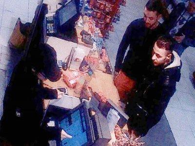 Image vidéo d'une caméra de surveillance d'une station-services à Ressons, dans le nord de Paris, montrant Salah Abdeslam (d et Mohammed Abrini (c), le 11 novembre 2021, deux jours avant les attentats du 13 novembre    - [OFF/AFP]