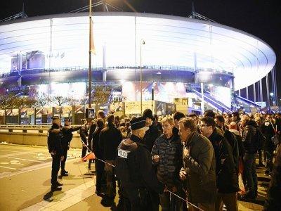 Des policiers sécurisent un périmètre après que trois jihadistes ont fait sauter leurs ceintures explosives aux abords du Stade de France plein à craquer pour le match de football France-Allemagne, le 13 novembre 2015 à Saint-Denis, au nord de Paris    FRANCK FIFE [AFP/Archives]