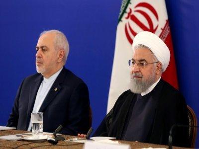 Une photo fournie le 6 août 2019 par la présidence iranienne montre le président de l'époque Hassan Rohani (D) et son chef de la diplomatie Mohammad Javad Zarif lors d'une rencontre avec les fonctionaires au ministère des Affaires étrangères à Téhéra    HO [Iranian Presidency/AFP/Archives]