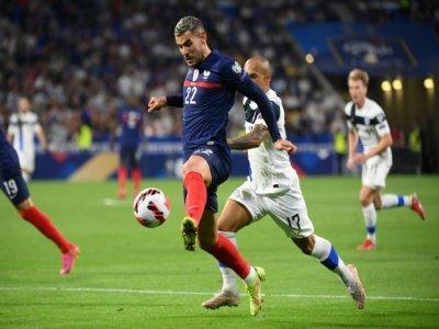 Le défenseur français Théo Hernandez déborde son homologue finlandais Nikolai Alho, lors des qualifications pour le Mondial-2022 au Qatar, le 7 septembre 2021 au Groupama Stadium à Décines-Charpieu, près de Lyon    FRANCK FIFE [AFP]