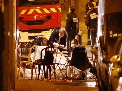 Des secouristes recouvent le corps d'une personne tuée lors d'une des attaques terroristes à Paris, le 13 novembre 2015    FLORIAN DAVID [AFP/Archives]