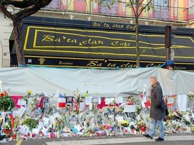 Mémorial devant le Bataclan à Paris, le 26 novembre 2015    BERTRAND GUAY [AFP/Archives]