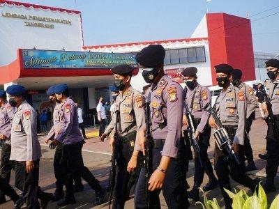 Des policiers indonésiens arrivent à la prison de Tangerang, le 8 septembre 2021, après un violent incendie    FAJRIN RAHARJO [AFP]