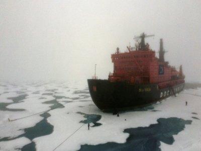 """Le brise-glace russe à propulsion nucléaire """"50 let Pobedy"""" (50 ans de la  Victoire) au pôle Nord, le 18 août 2021    Ekaterina ANISIMOVA [AFP]"""
