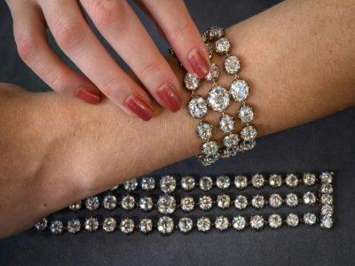Deux bracelets appartenant à la reine Marie-Antoinette présentés à Genève, le 6 septembre 2021, avant une mise aux enchères publiques par Christie's en novembre    Fabrice COFFRINI [AFP]